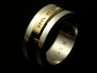 ゴールドとシルバーとチタンの幅広なリング